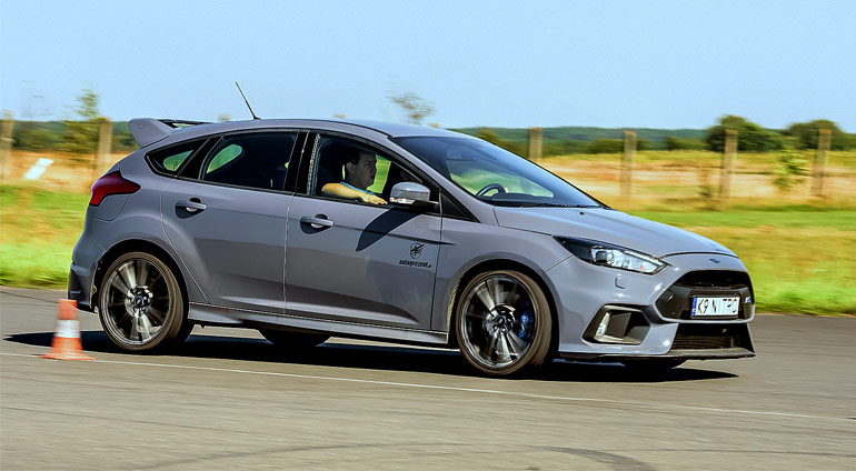 Szary Ford Focus RS na Torze